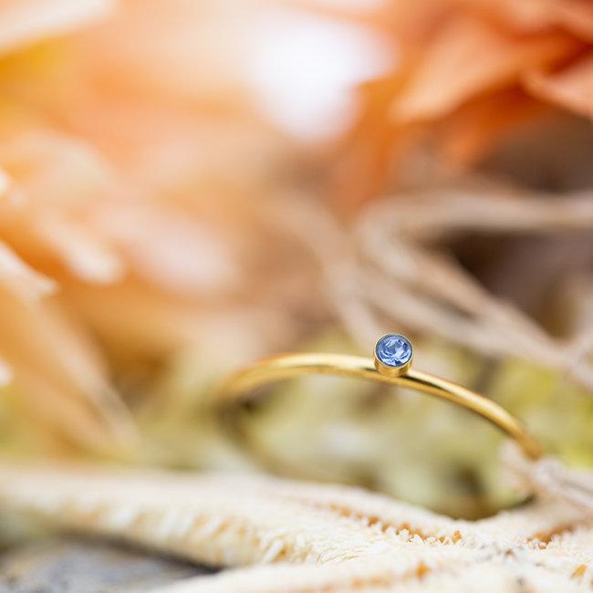IXXXI Vulring 1mm goud met blauw steentje