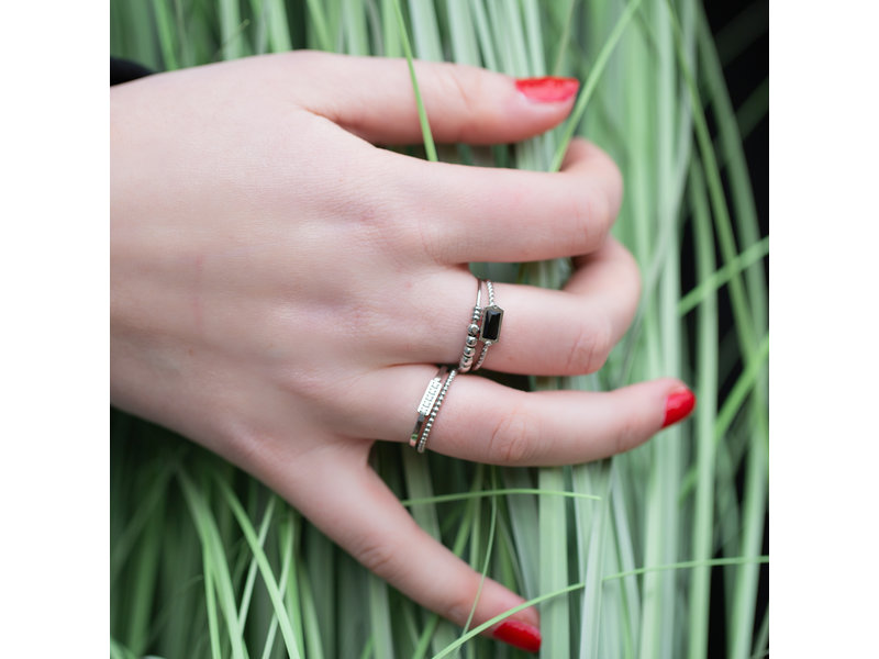 Charmins Ring zilver met rechthoekig zwart steentje