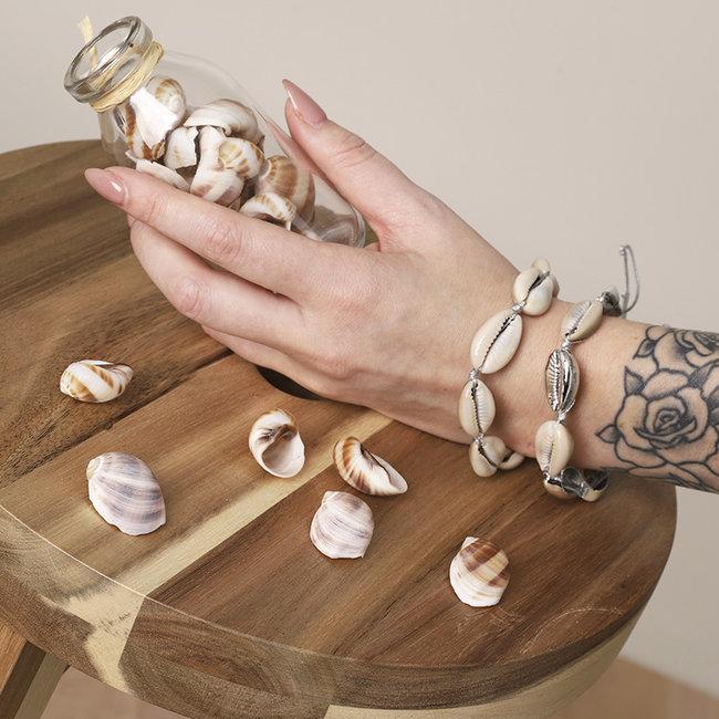 Beadle Armband met witte schelpjes of met witte en zilveren schelpjes