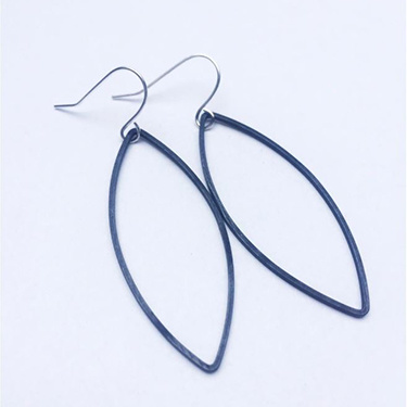 Studio Peloeze Black Leaf oorhangers