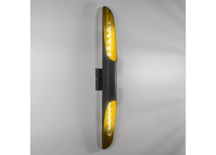 Zwarte wandlamp met goudenkleurige binnenkant