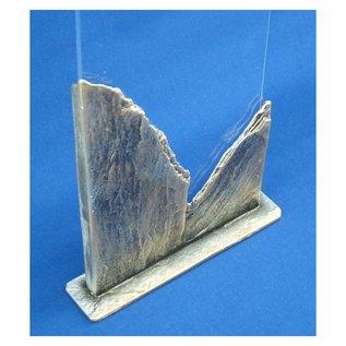 Gegoten bokaal van metaal  met gravure; rots-uitstraling, 175x40x295mm