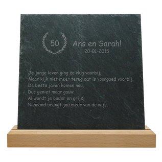 Leisteen met houten standaard, 25x25x0,5cm