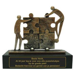 Gegoten metalen bokaal met gravure; puzzel 200x80x185mm