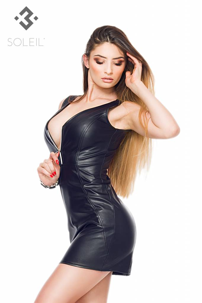 * SOLEIL  by XXX COLLECTION Deze pu-leren jurk is getailleerd en valt prachtig om je lichaam.
