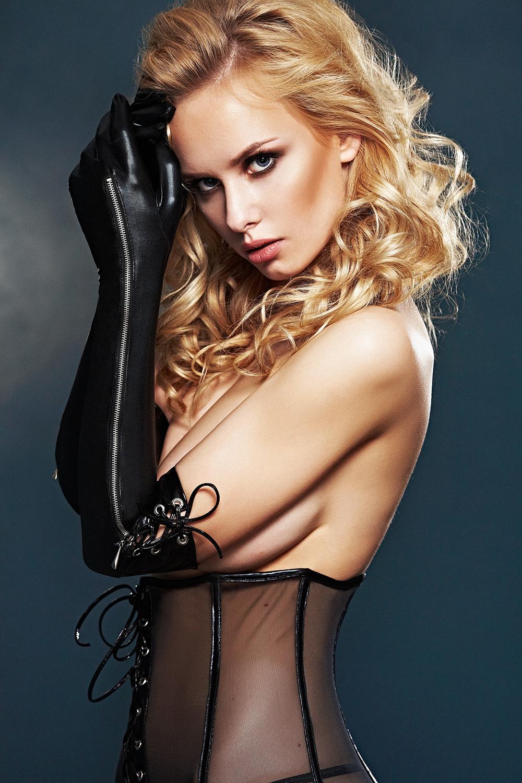 Stoere zwarte wetlook handschoenen met rits en lak