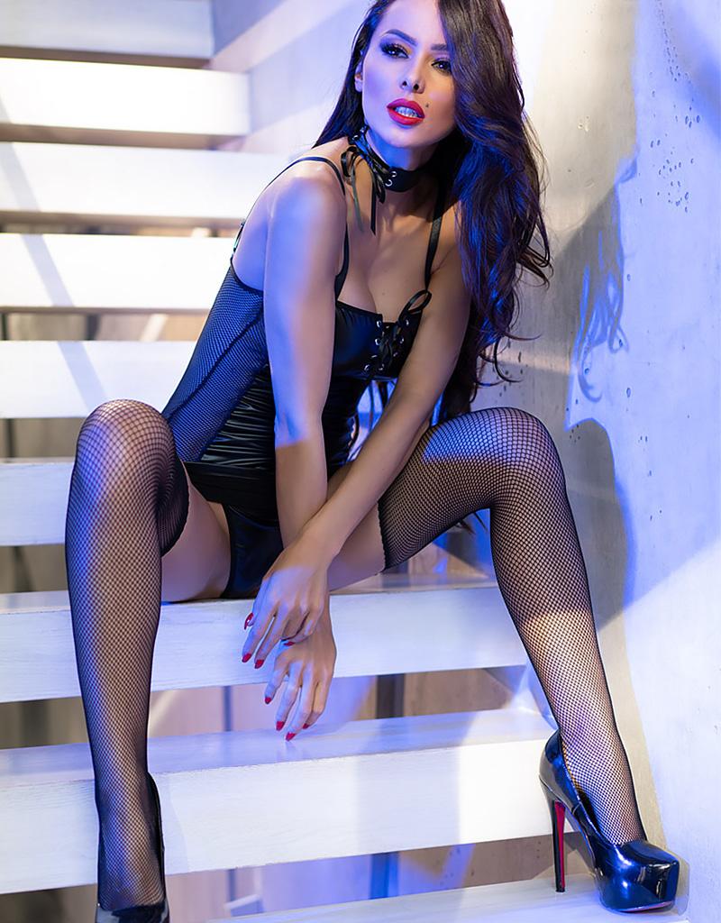 * CHILIROSE Zwarte wetlook jurk met verleidelijke transparante zijkanten van Chilirose