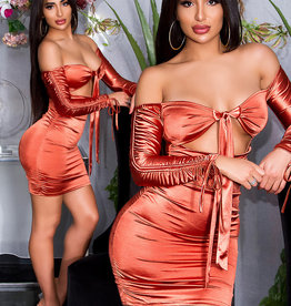 Geplooide satijnen off-shoulder jurk