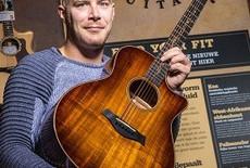 Gestolen gitaar keert na dik drie jaar via Marktplaats terug in Hattemerbroek