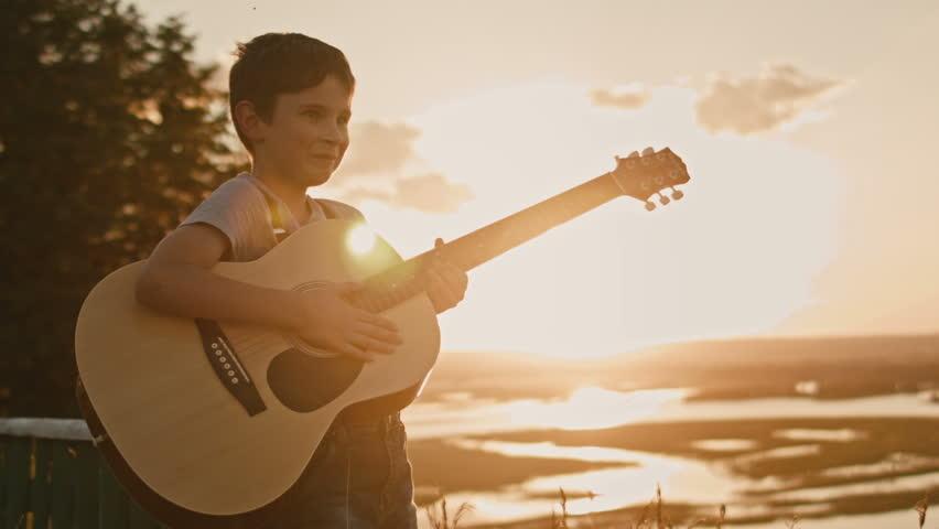 Beginnende gitaar speler speelt gitaar. Kind speelt gitaar.