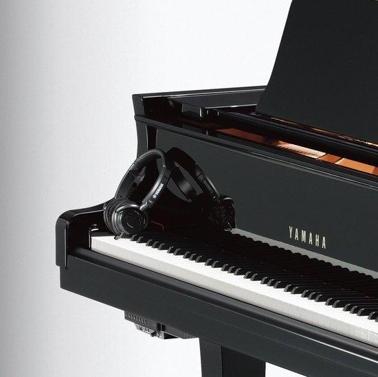 silent piano met koptelefoon