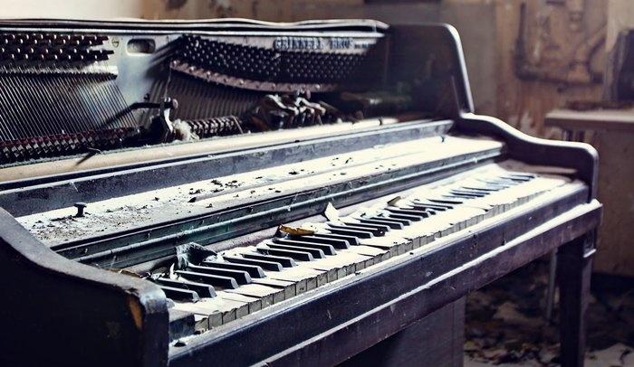 oude en kapotte piano