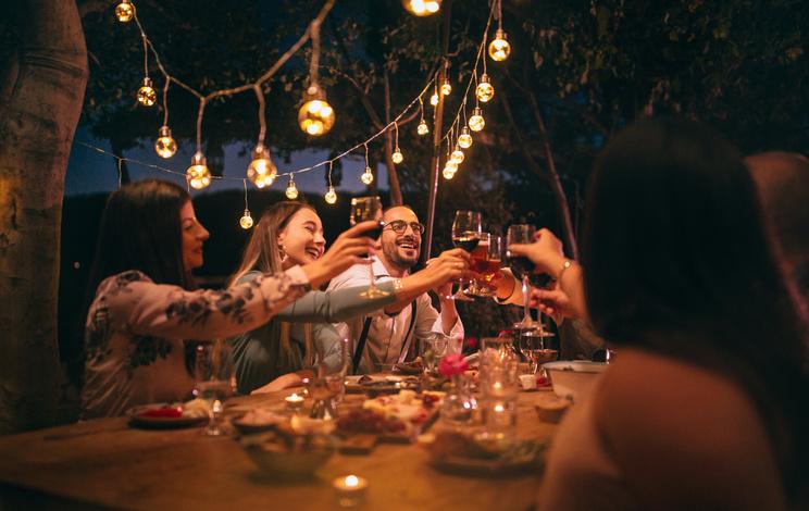 Wijnproeverij thuis met vrienden