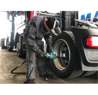 Montage chez BAS Tyres (camion)