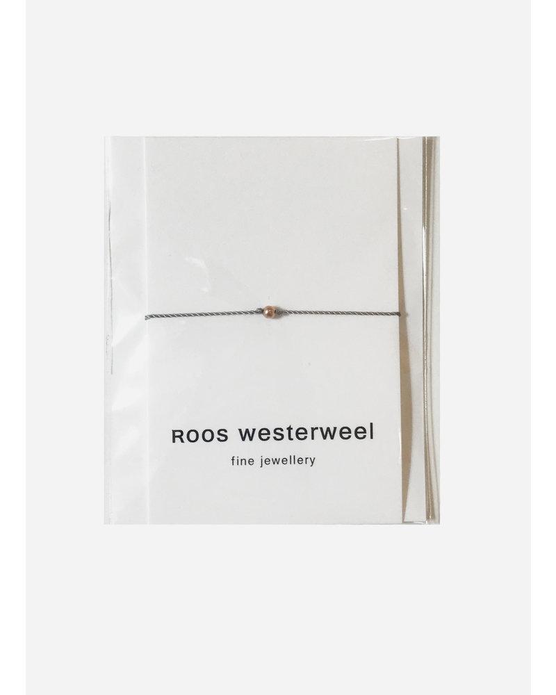 Roos Westerweel draadarmband grijs rose parel