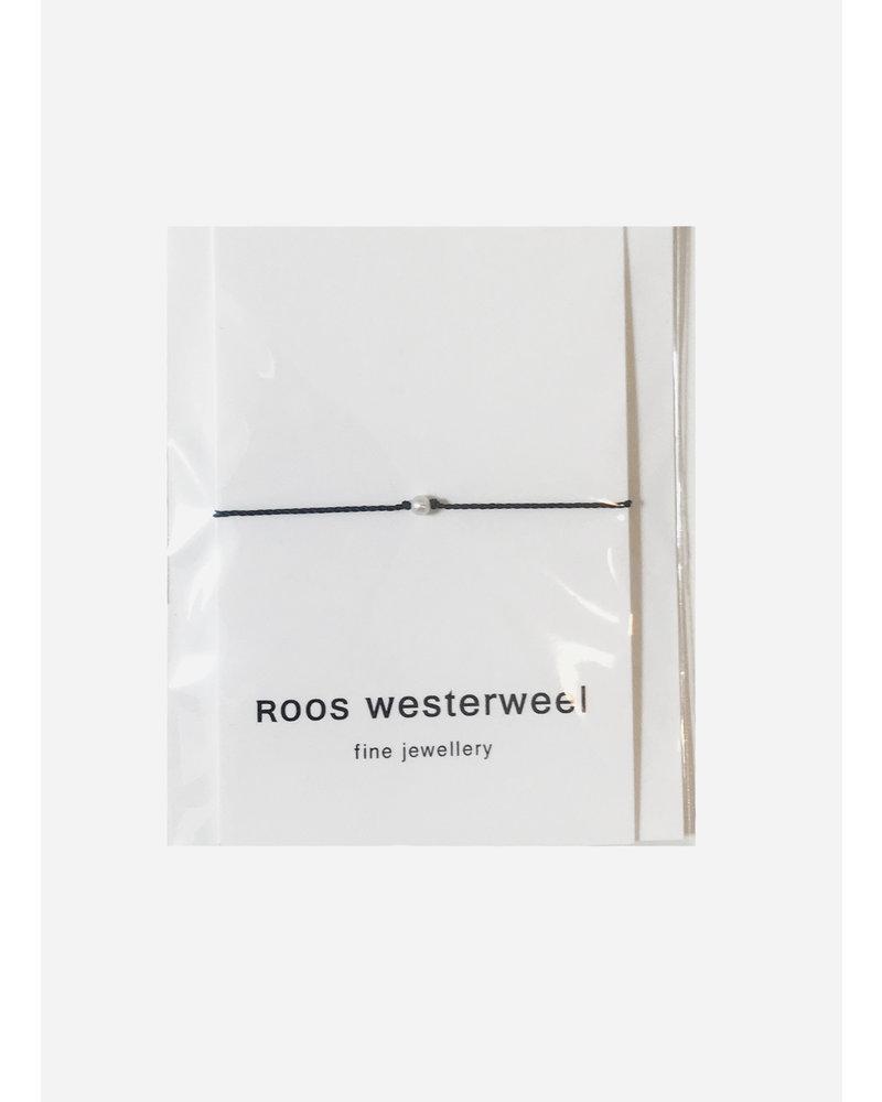 Roos Westerweel draadarmband zwart zilveren parel