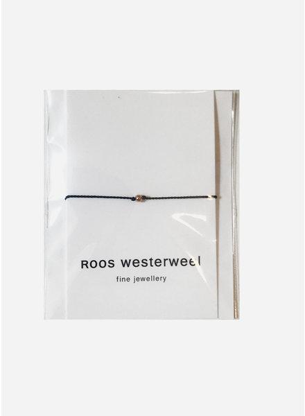Roos Westerweel draadarmband zwart met rose parel