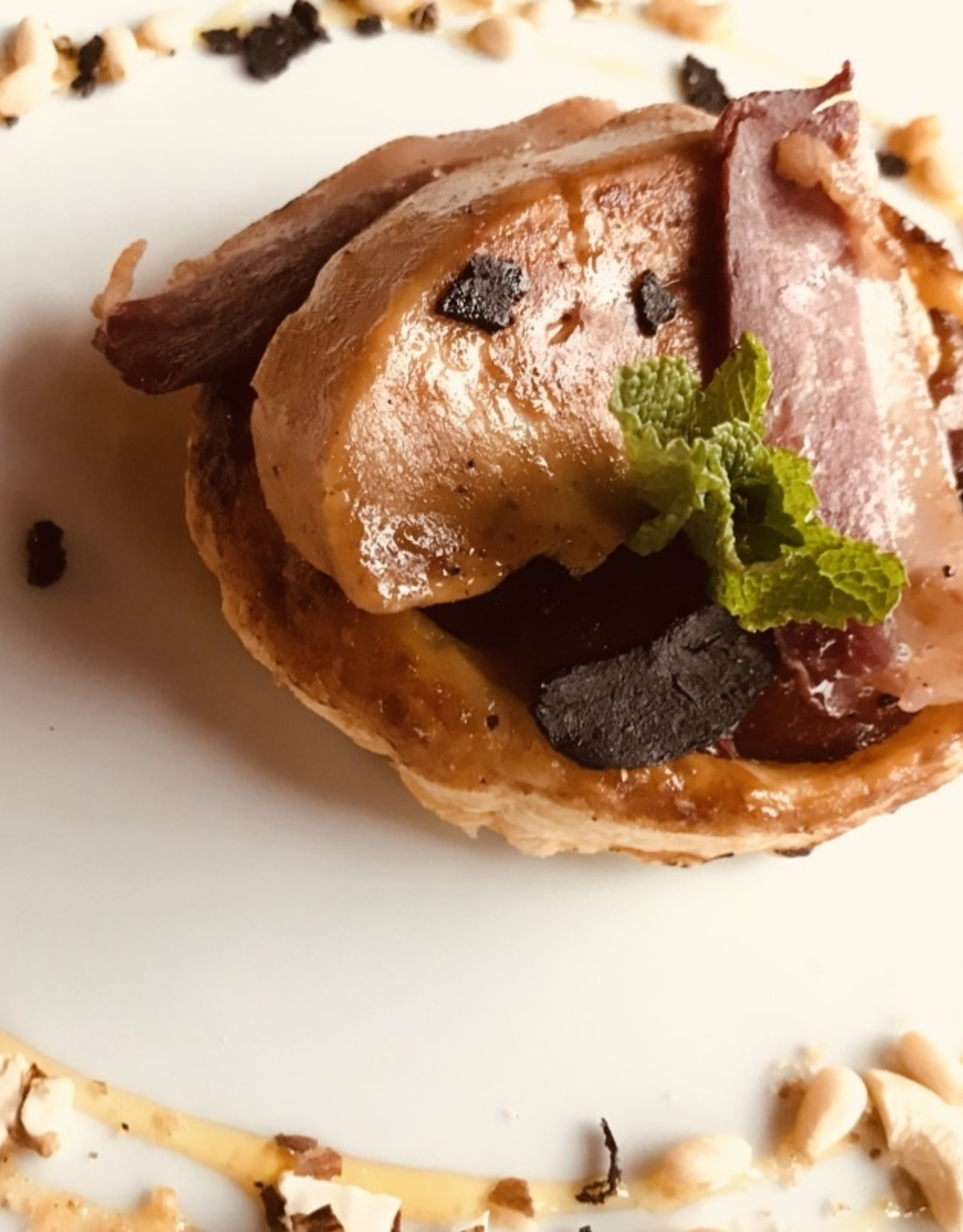 tarte-tatin van appel , gebakken eendelever, gerookte eendenborst , krokkante chips van bloedworst appel caramel met noten en gedroogd fruit
