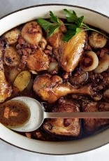 """Zwartpoot hoeve kip   """" Grand mere """"  met spek , ui en champignons"""