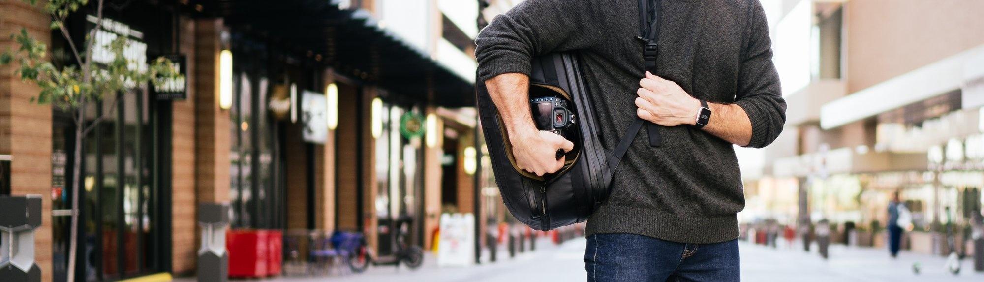 NOMATIC Camera Pack mit Seitentasche für direkten Zugriff auf die Kamera
