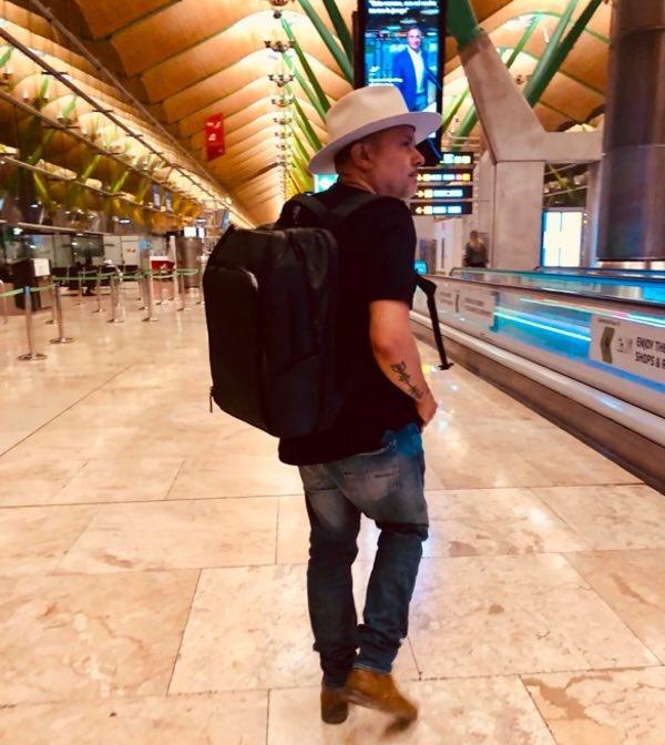 Luis Vega draagt een NOMATIC Travel Pack