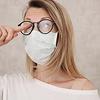 Hoe voorkom je dat je bril beslaat als je een mondkapje ophebt