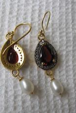 Oorbel goud plating op zilver met granaat en parel.