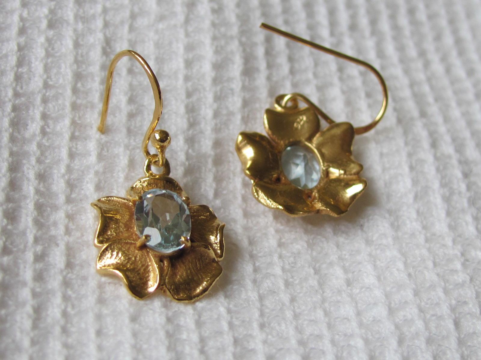 Oorbel goud  op zilver met blauwe topas