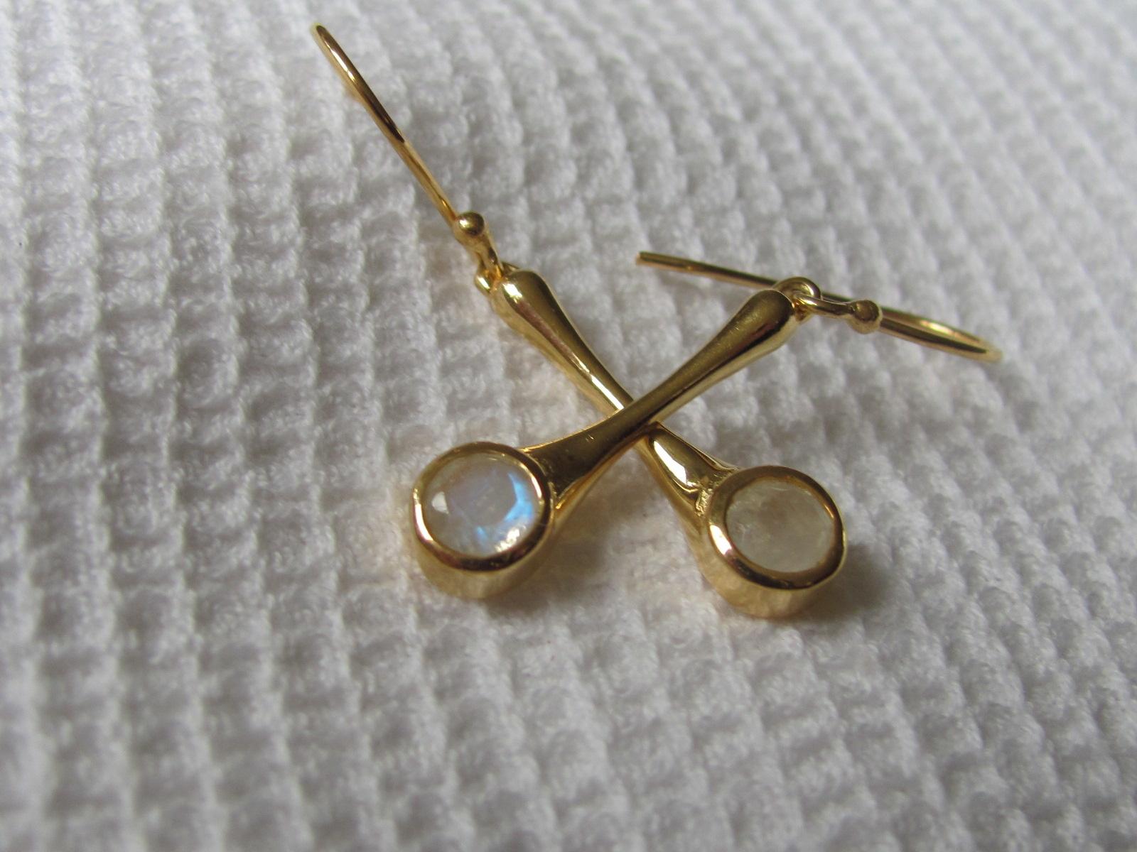 Oorbel goud plating op zilver met regenboogmaansteen