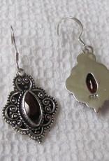 Oorbel Zilver handgemaakt met  handgeslepen granaat steen