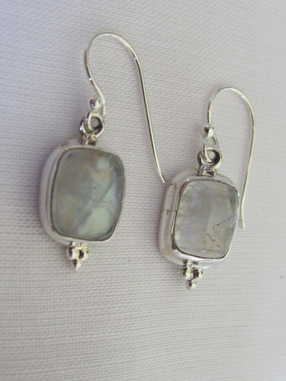 Zilver oorbel  met cabouchon cut regenboog maansteen