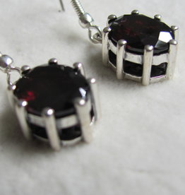 Earring silver with facet cut garnet