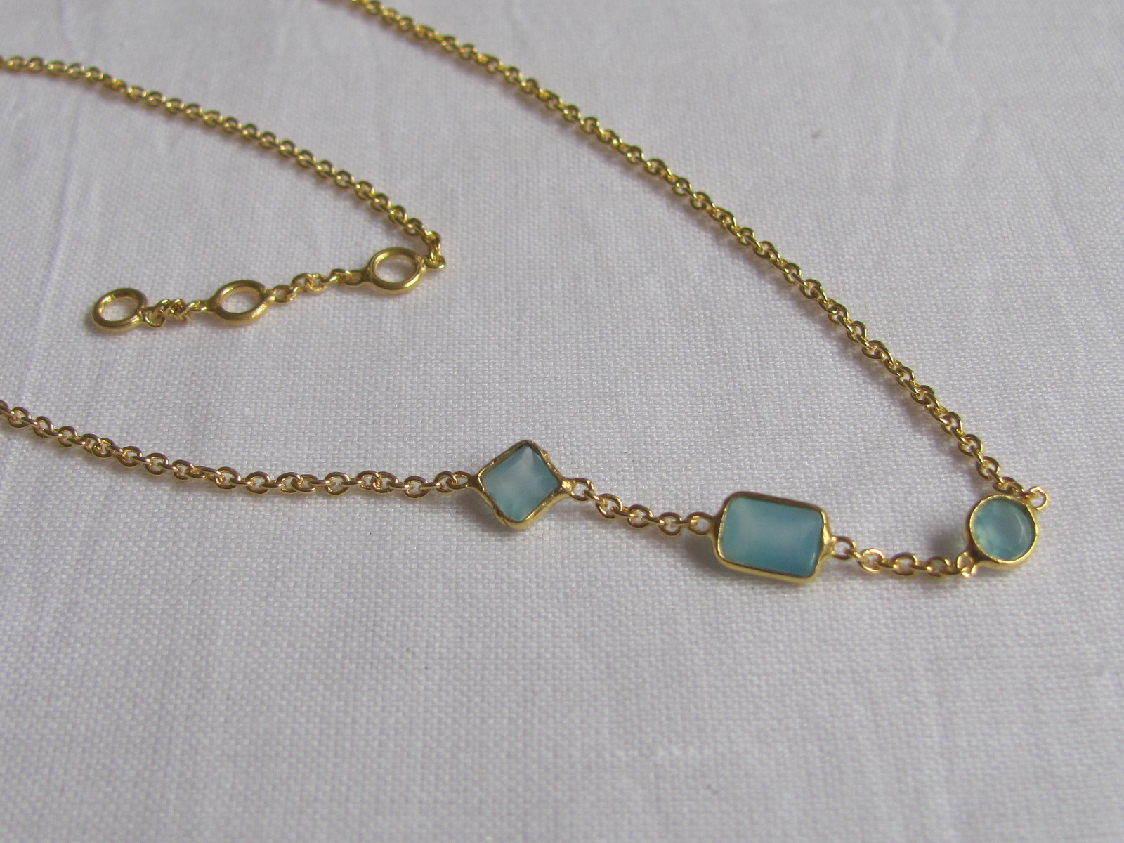 Halsketting goud op zilver met calceadon steentjes