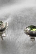 Oorbel zilver stekker met peridot  bloem