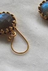 Oorbel goud  op zilver met facet geslepen labradoriet