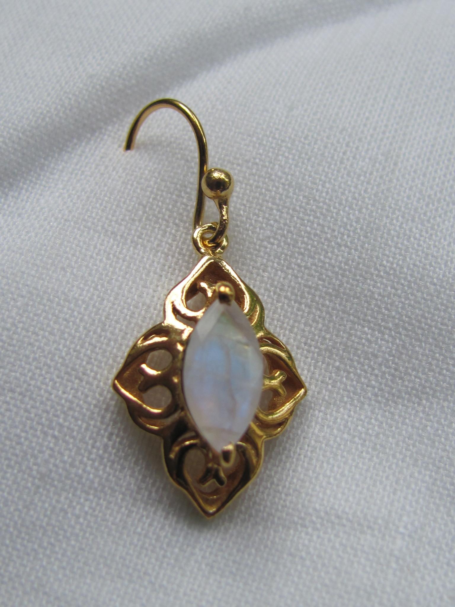 Oorbel goud  op zilver met regenboog maansteen