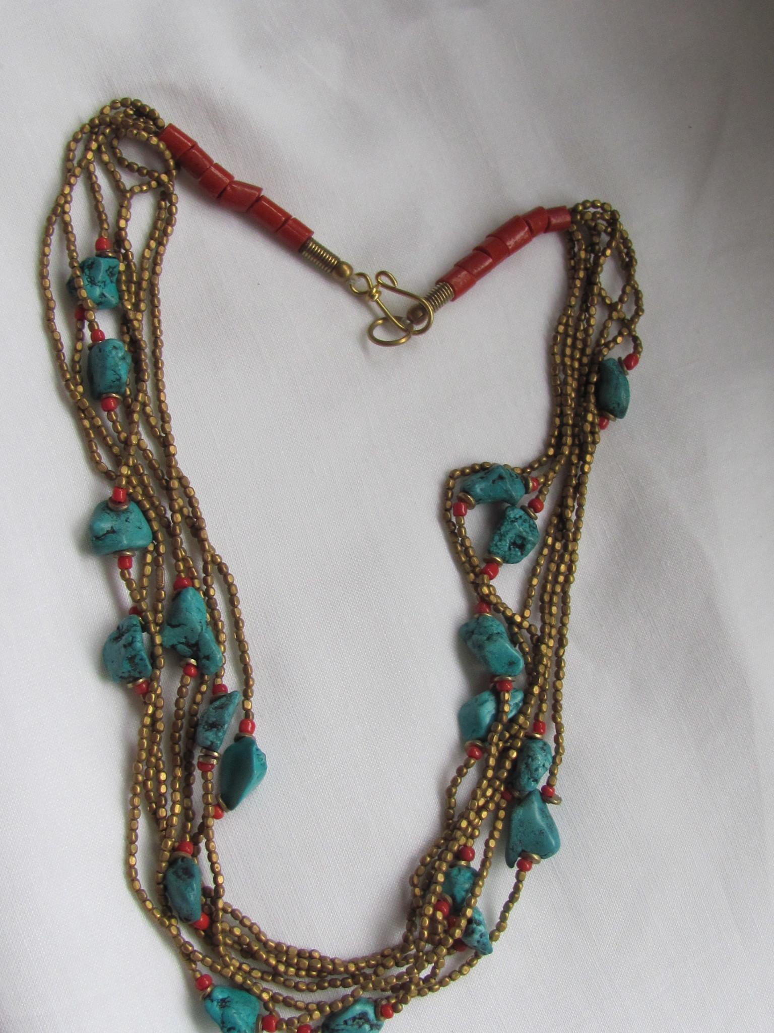 Halsketting van messing met namaak turkoois en  koraal