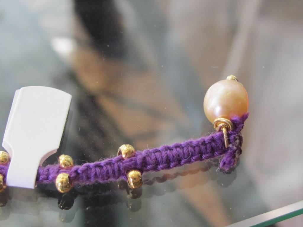 Armband macramé paars met goud op zilver kralen