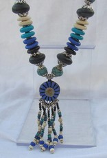Halsketting met kralen kwast en blauwe medaillon