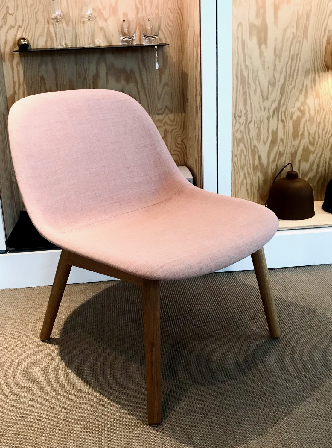 Muuto Fiber Lounge chair Remix Rose, eiken poot