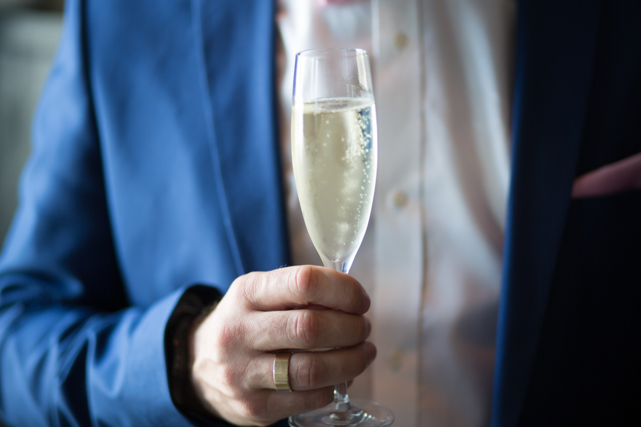 Wat is de juiste manier op champagne te openen en te serveren?