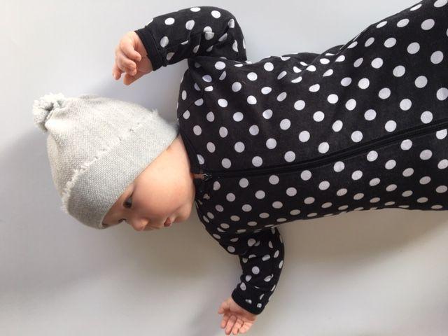 Baby Beanie-Mütze hellgrau aus feiner Merinowolle