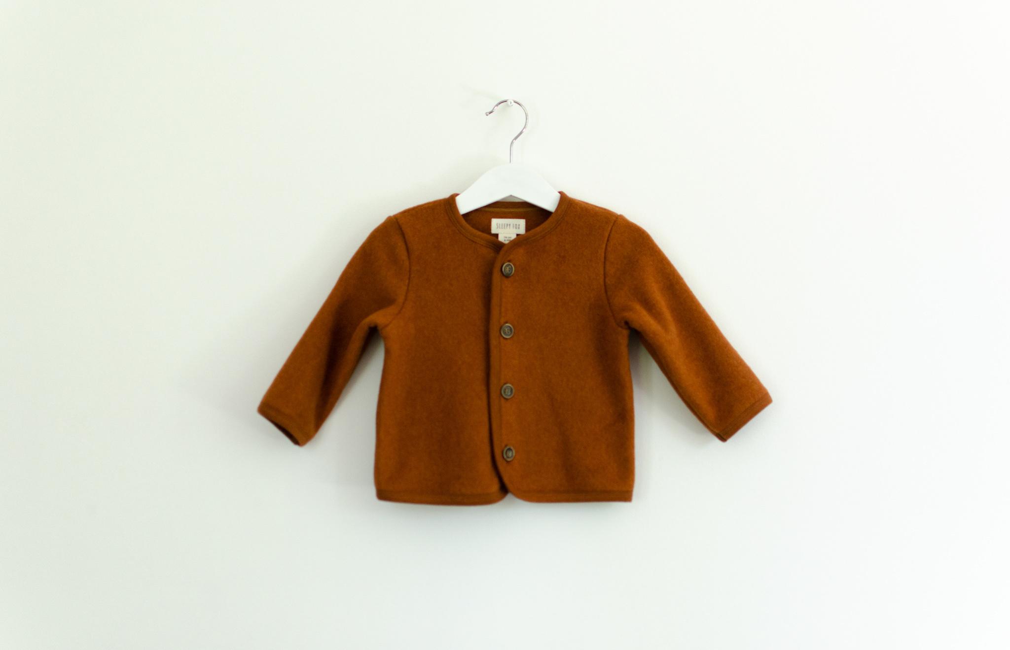 Bébé veste avec fermeture à boutons de couleur cuivre