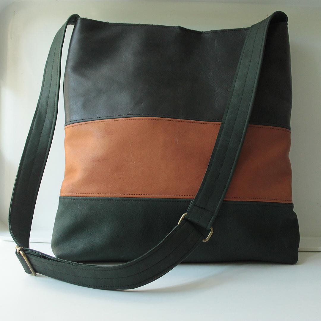 Schultertasche waldgrün-cognacfarben aus Rentierleder 30x30cm