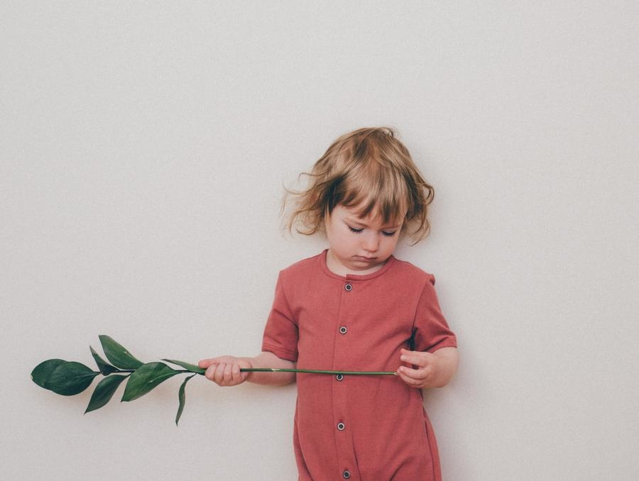 Baby Sommeranzug marsalarot mit Knopfbefestigung