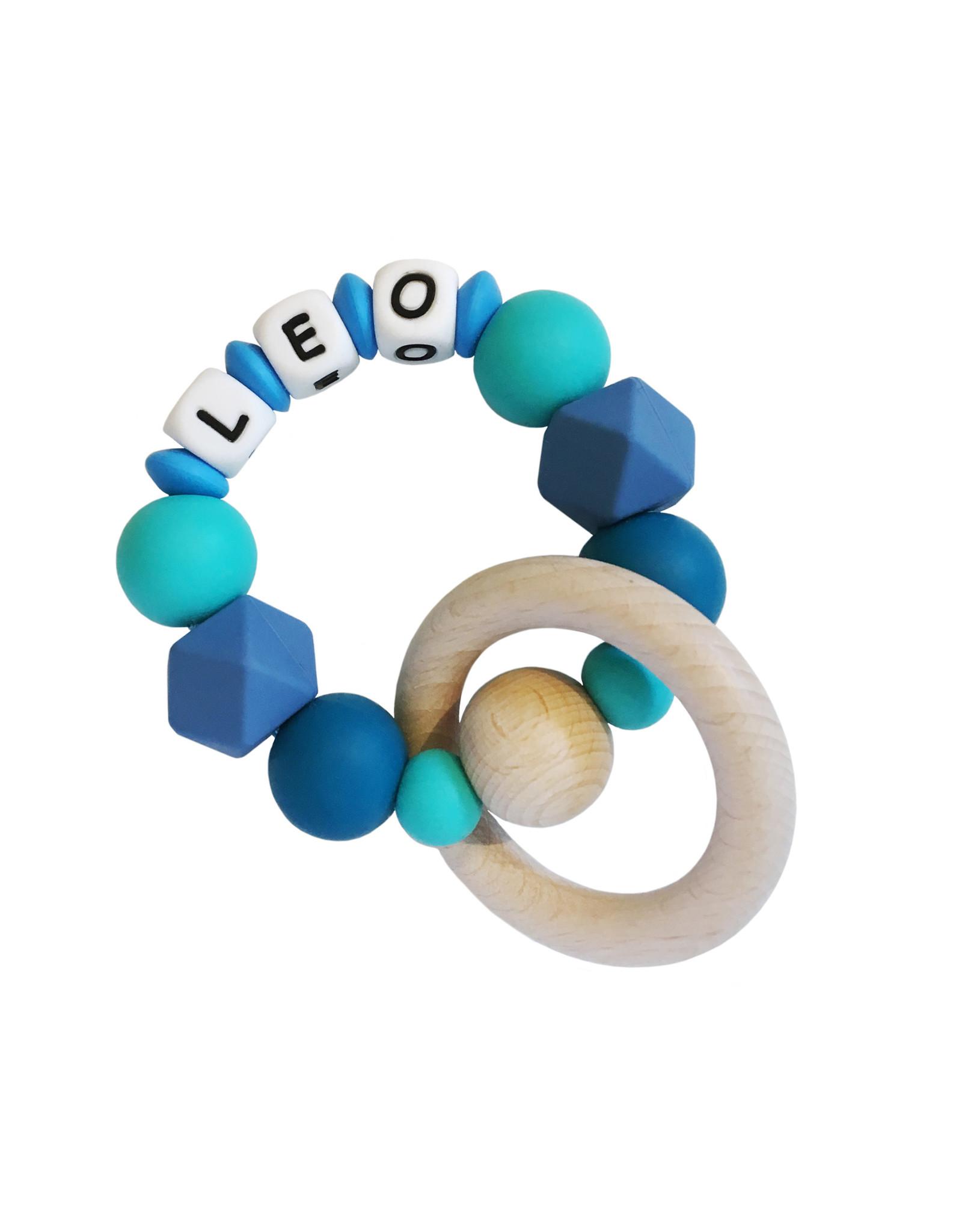 Bijtring siliconen met naam blauwtinten