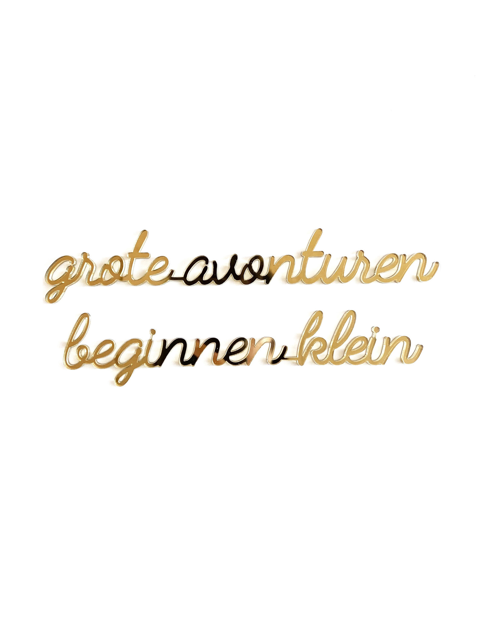 Quote 'grote avonturen beginnen klein' goud