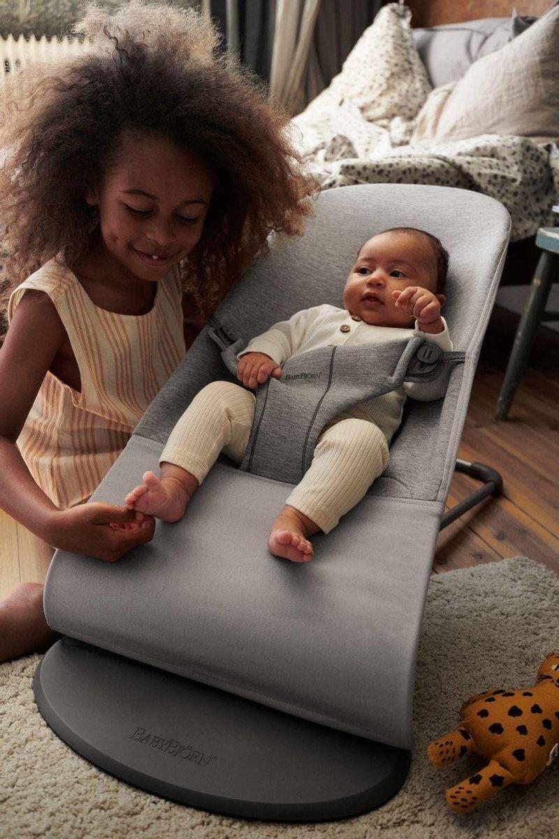 BABYBJÖRN Babybjörn Wipstoeltje Bliss bundle met bijpassend Speelgoed Ondeugende oogjes Pastel - lichtgrijs 3D jersey