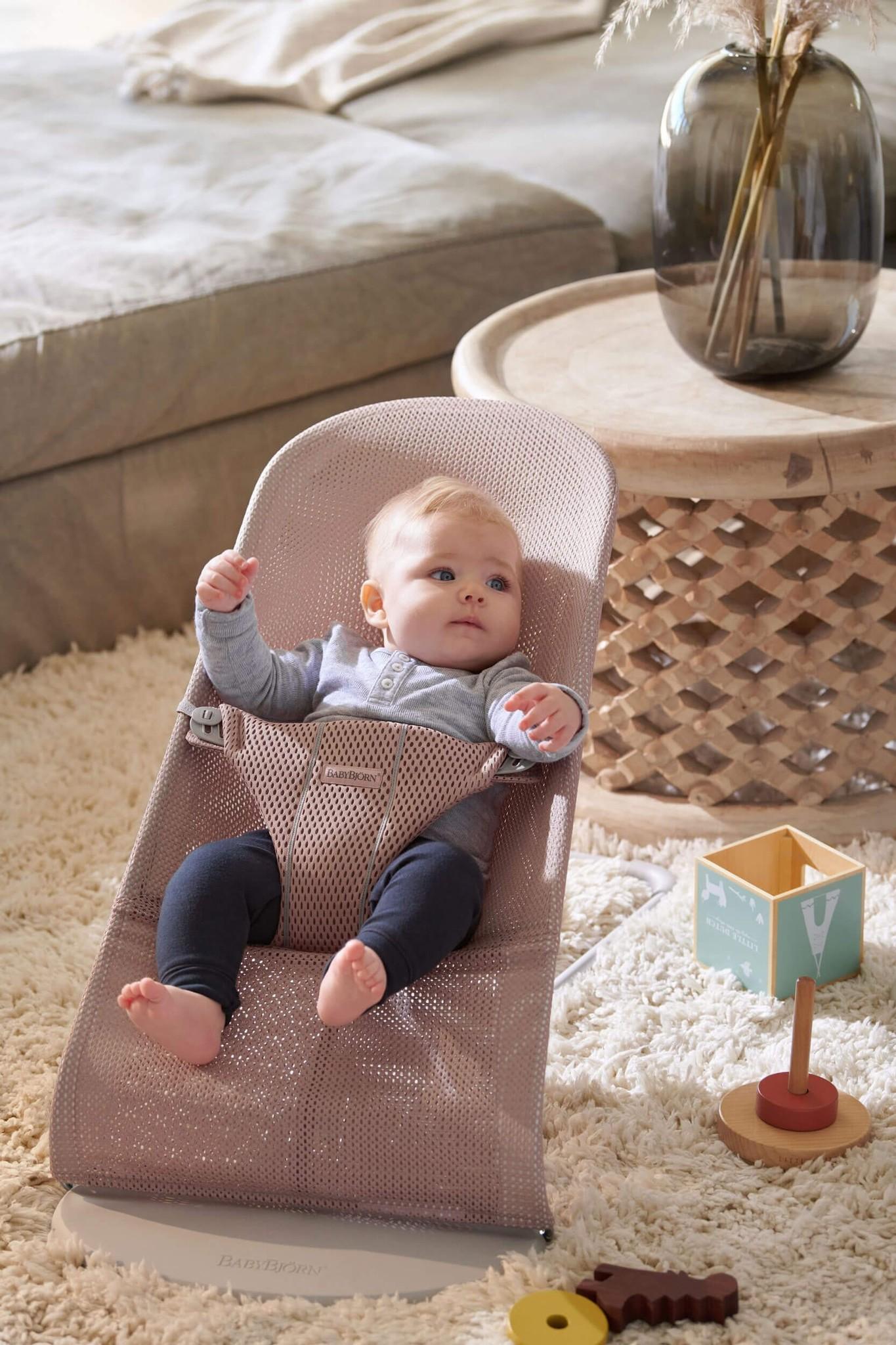 BABYBJÖRN BABYBJÖRN Wipstoeltje Bliss Lichtgrijs frame Oudroze mesh