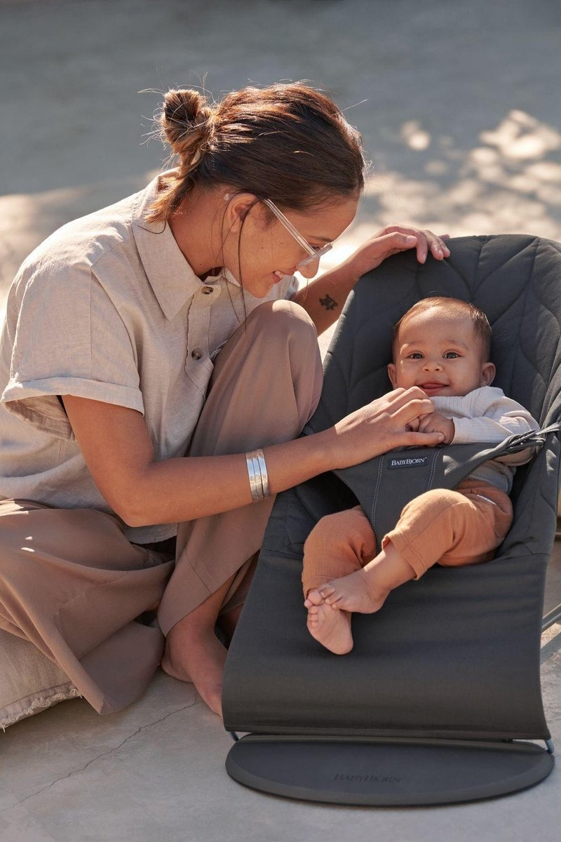 BABYBJÖRN BABYBJÖRN Wipstoeltje Bliss Donkergrijs frame Antraciet Cotton Kroonblad quilt